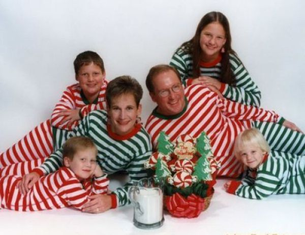 wow the whole family dressed as christmas gifts
