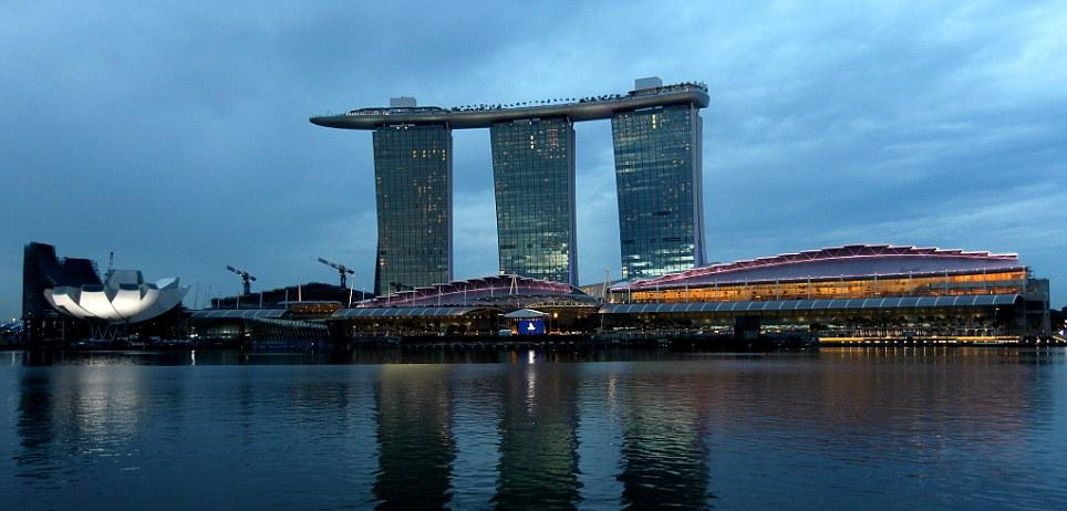 A luxury hotel in singapore for Marina bay sands hotel swimming pool